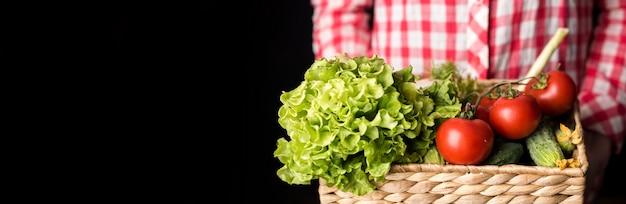 Vooraanzicht persoon bedrijf groenten voor salade Premium Foto