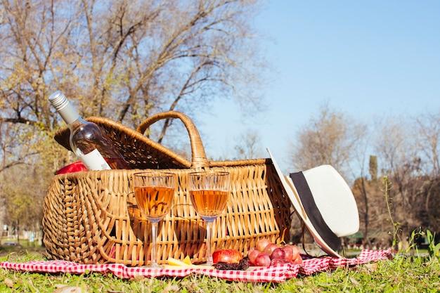 Vooraanzicht picknickmand met fles wijn Gratis Foto