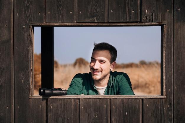 Vooraanzicht portret van een glimlachende man Gratis Foto