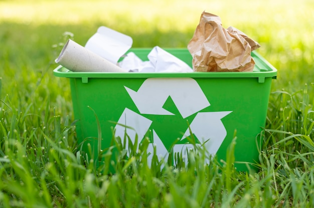 Vooraanzicht recyclingsmand op gras Premium Foto