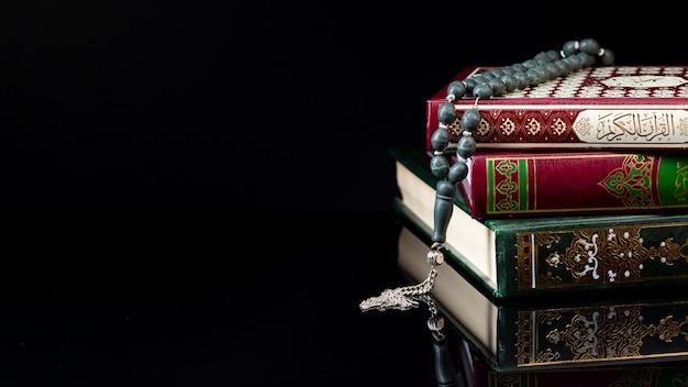 Vooraanzicht religieuze arabische boeken op zwarte achtergrond Gratis Foto