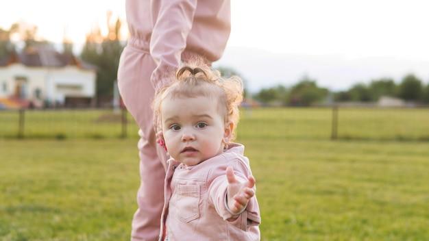 Vooraanzicht schattige jongere in roze kleding Gratis Foto