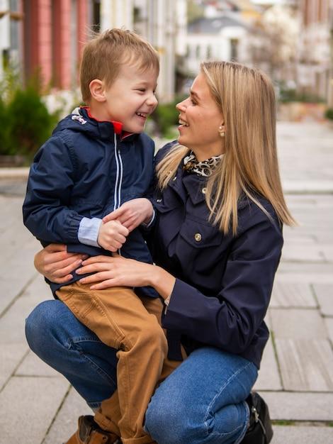 Vooraanzicht schattige moeder en zoon glimlachen Gratis Foto
