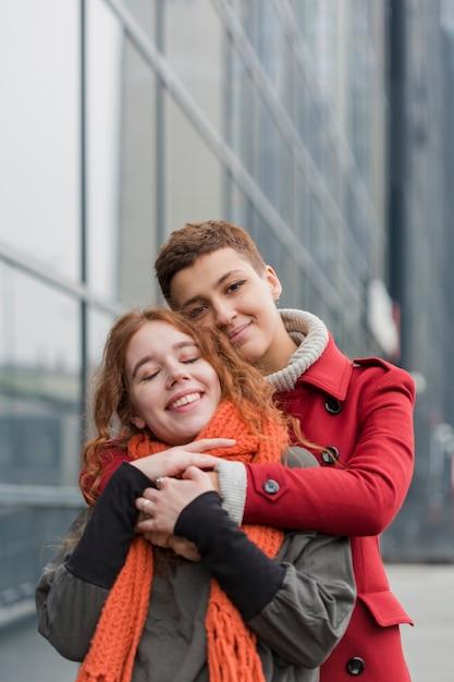 Vooraanzicht schattige vrouwen knuffelen elkaar Gratis Foto