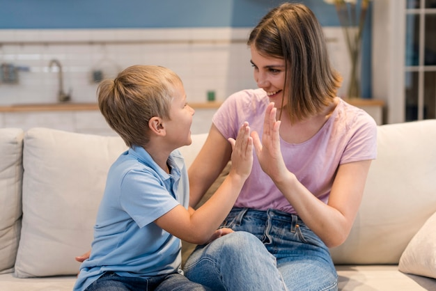 Vooraanzicht schattige zoon spelen met moeder Gratis Foto