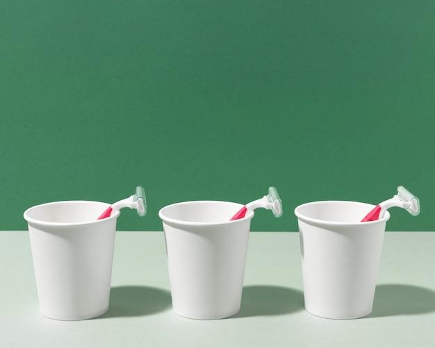 Vooraanzicht scheermesjes en cups Gratis Foto
