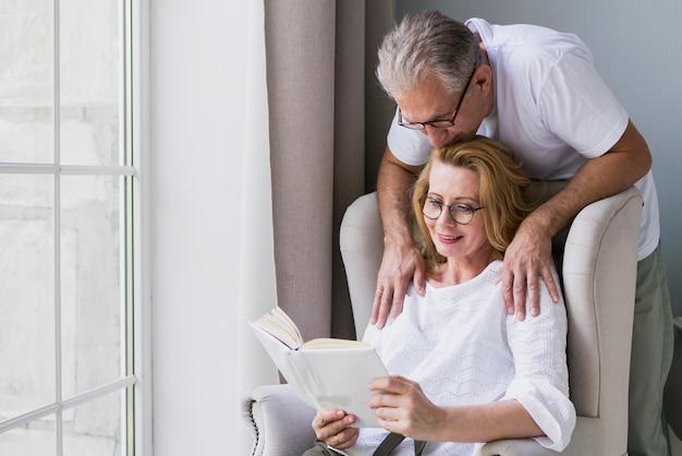 Vooraanzicht senior man en vrouw op een fauteuil Gratis Foto