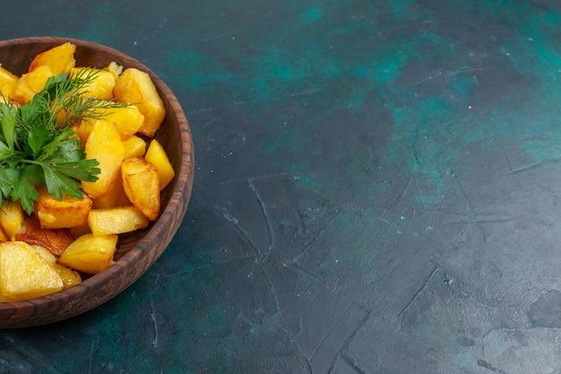 Vooraanzicht sluiten gekookte gesneden aardappelen heerlijke maaltijd met groenen binnen bruine plaat op donkerblauw oppervlak Gratis Foto