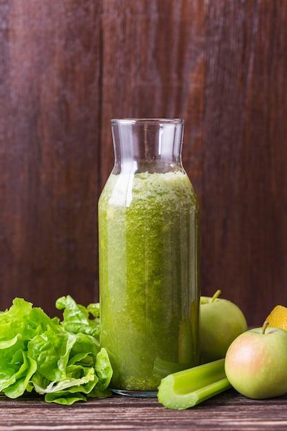Vooraanzicht smoothie fles met appel en groenten Gratis Foto