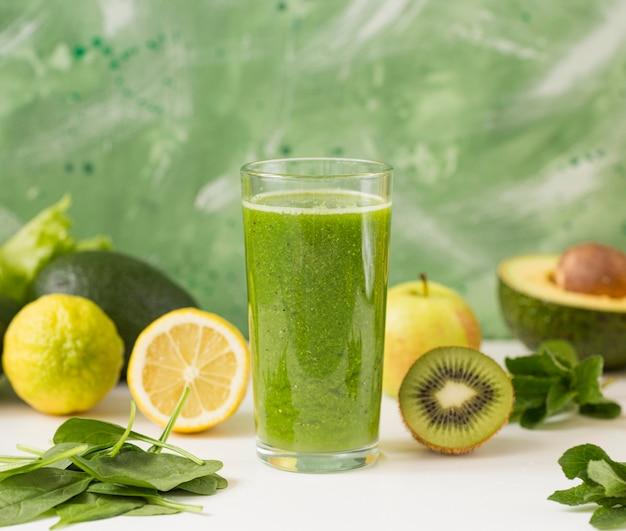 Vooraanzicht smoothie glas met mix van fruit Gratis Foto