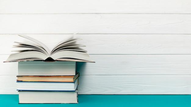 Vooraanzicht stapel boeken met kopie ruimte Premium Foto