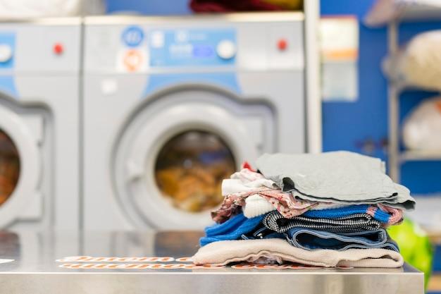 Vooraanzicht stapel wasgoed Gratis Foto