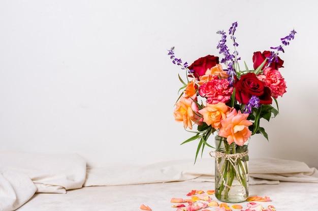 Vooraanzicht stelletje mooie rozen in een vaas Gratis Foto