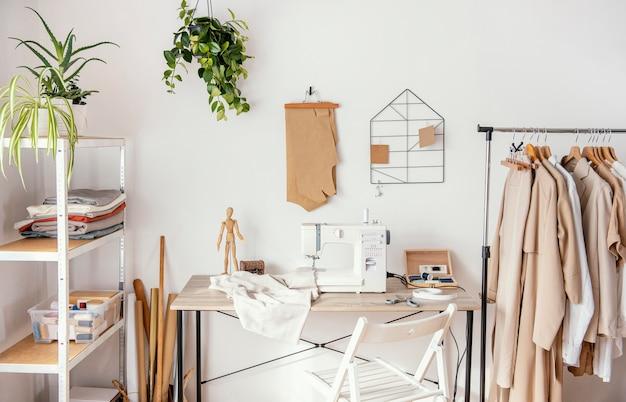 Vooraanzicht studio met kledingstukken Gratis Foto