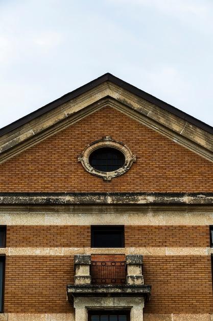 Vooraanzicht symmetrische oude bakstenen gebouw Gratis Foto