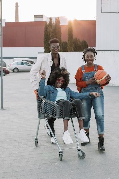 Vooraanzicht tieners samen poseren Gratis Foto