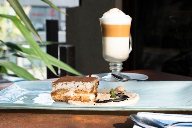 Vooraanzicht tiramisu met latte macchiato Gratis Foto