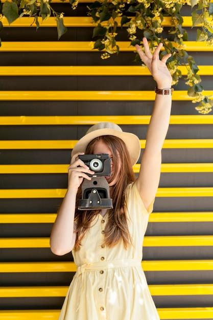 Vooraanzicht toerist fotograferen Gratis Foto