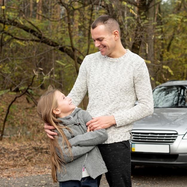 Vooraanzicht vader en meisje kijken naar elkaar Gratis Foto