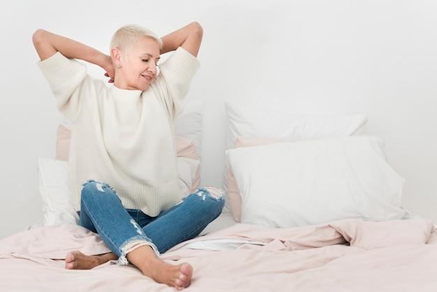 Vooraanzicht van bejaarde in bed met exemplaarruimte Gratis Foto