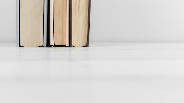Vooraanzicht van boekregeling op duidelijke achtergrond Gratis Foto