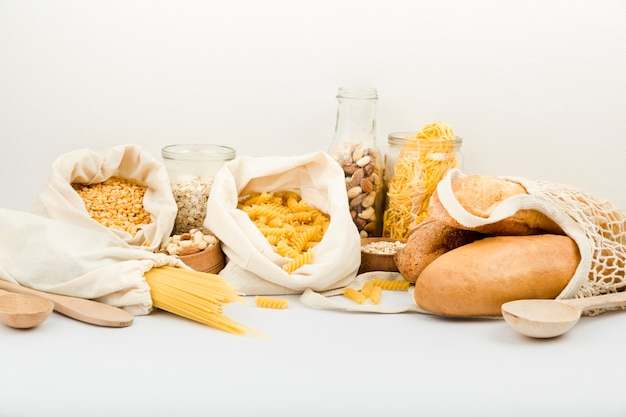 Vooraanzicht van brood in herbruikbare zak met bulk pasta en noten Gratis Foto