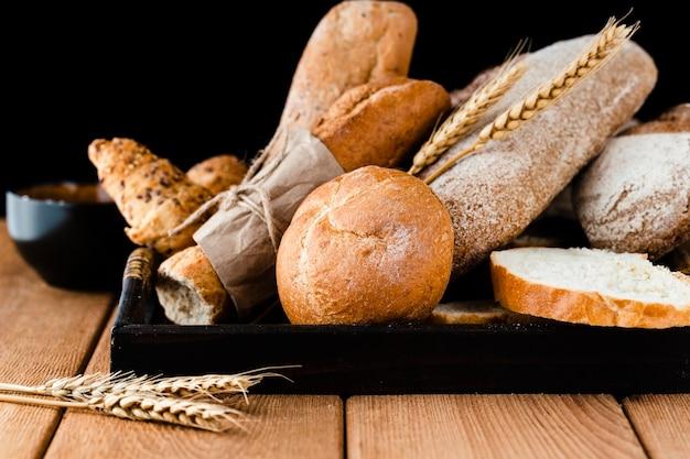 Vooraanzicht van brood op houten tafel Gratis Foto