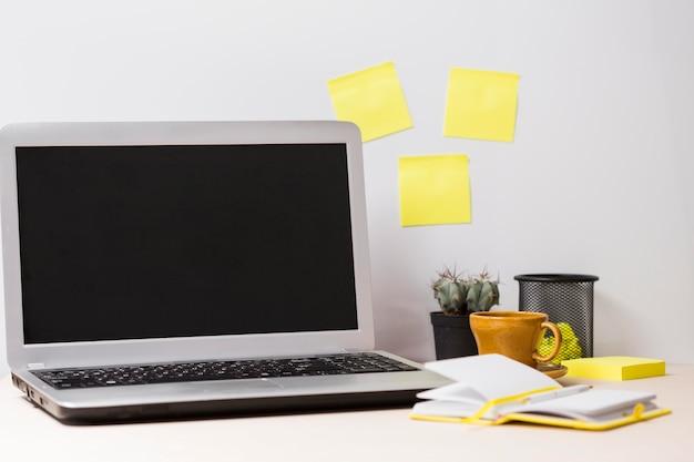 Vooraanzicht van bureau en stickers met exemplaarruimte Gratis Foto