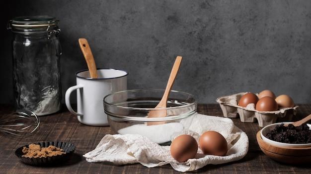 Vooraanzicht van cake-ingrediënten op tafel Gratis Foto