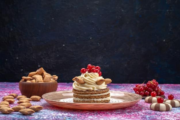 Vooraanzicht van cake met room samen met koekjes en veenbessen op het donkere oppervlak Gratis Foto
