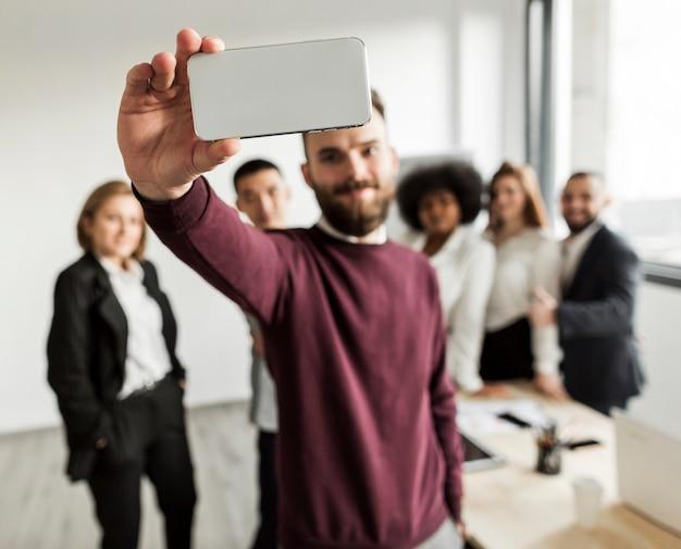 Vooraanzicht van collega's die een selfie nemen Gratis Foto