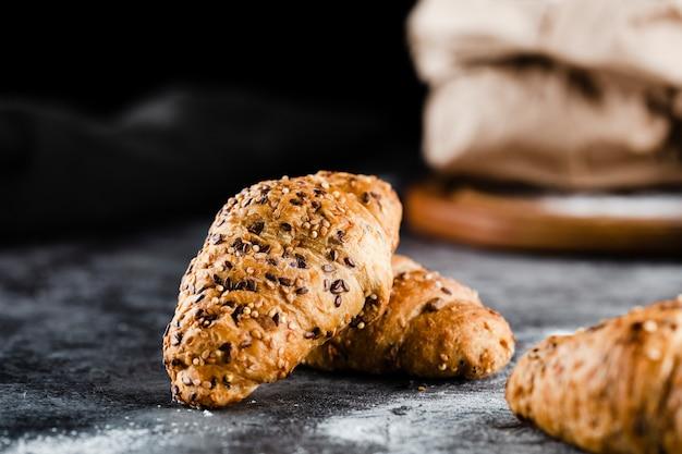 Vooraanzicht van croissants op zwarte achtergrond Gratis Foto