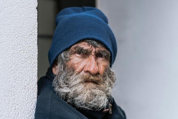 Vooraanzicht van dakloze bebaarde man Gratis Foto