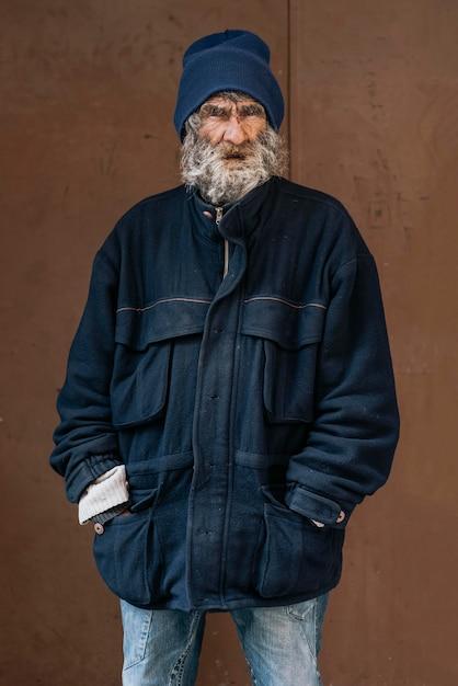 Vooraanzicht van dakloze man met warme jas Gratis Foto
