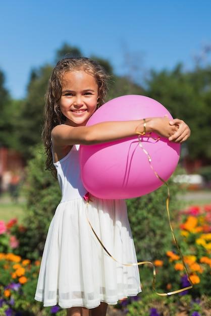 Vooraanzicht van de ballon van de meisjesholding Gratis Foto