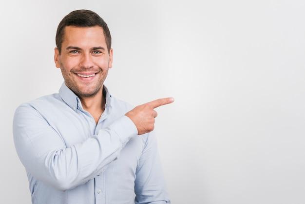 Vooraanzicht van de glimlachende mens met exemplaarruimte Gratis Foto