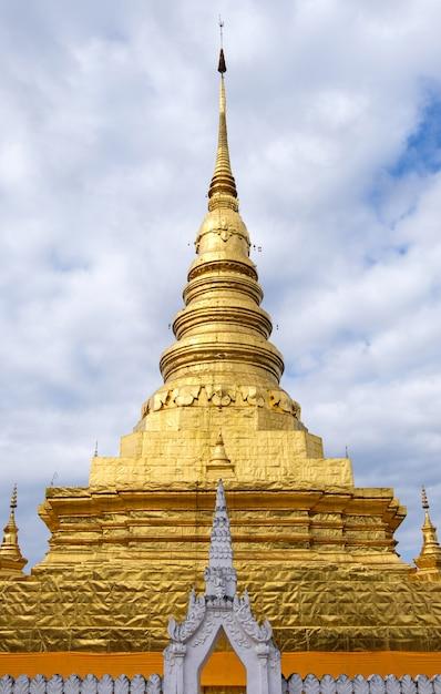 Vooraanzicht van de grote gouden pagode in de traditionele noord-thaise stijl in de thaise tempel. Premium Foto