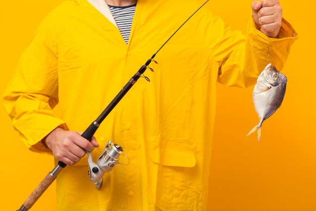 Vooraanzicht van de hengel van de vissersholding met vangst Gratis Foto