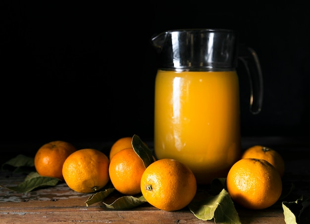 Vooraanzicht van de herfstsinaasappelen met sap Premium Foto