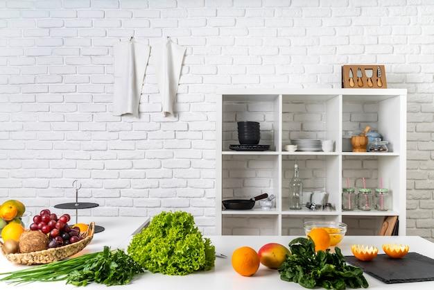 Vooraanzicht van de keuken met keukengerei en ingrediënten Premium Foto