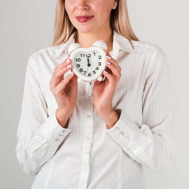Vooraanzicht van de klok van de vrouwenholding Gratis Foto