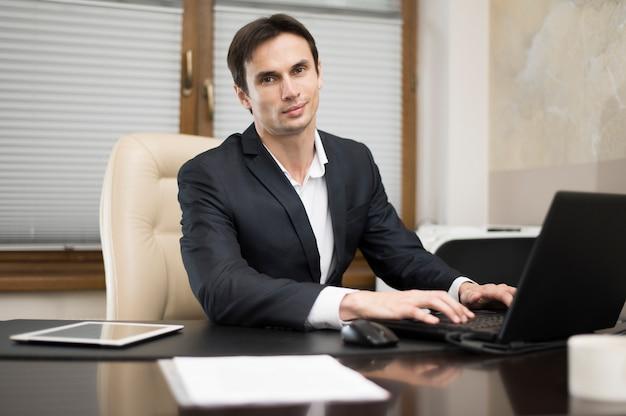 Vooraanzicht van de man die op laptop werkt Gratis Foto