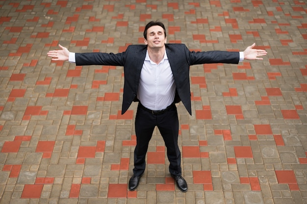 Vooraanzicht van de man met open armen Gratis Foto
