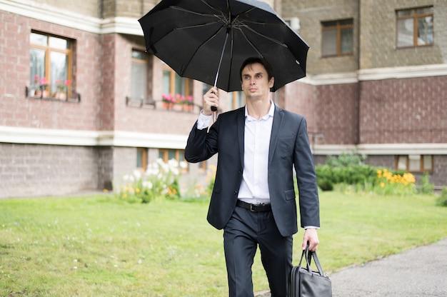 Vooraanzicht van de paraplu van de zakenmanholding Gratis Foto