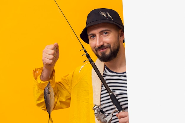 Vooraanzicht van de trotse hengel van de vissersholding met vangst Gratis Foto