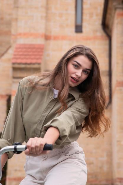 Vooraanzicht van de vrouw fietsten in de stad Gratis Foto