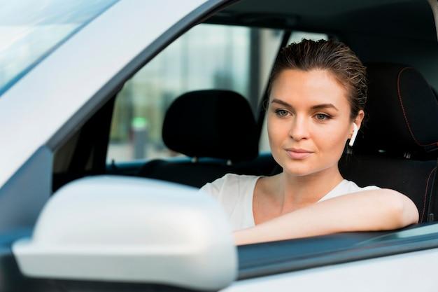 Vooraanzicht van de vrouw in auto Gratis Foto