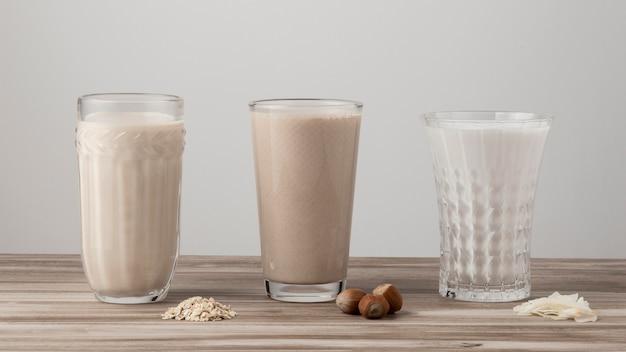 Vooraanzicht van drie glazen verschillende melk Gratis Foto