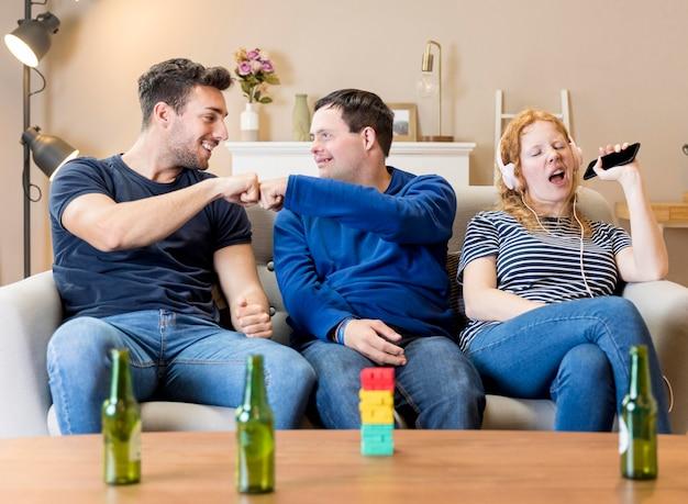 Vooraanzicht van drie vrienden die samen thuis pret hebben Gratis Foto
