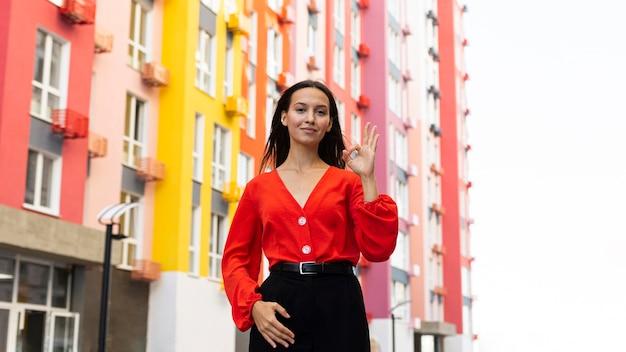 Vooraanzicht van elegante vrouw die gebarentaal gebruikt Gratis Foto